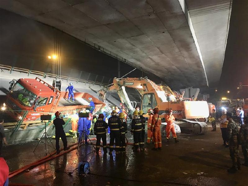 (突发事件)(2)无锡一高架桥桥面倒塌 三辆小车被压