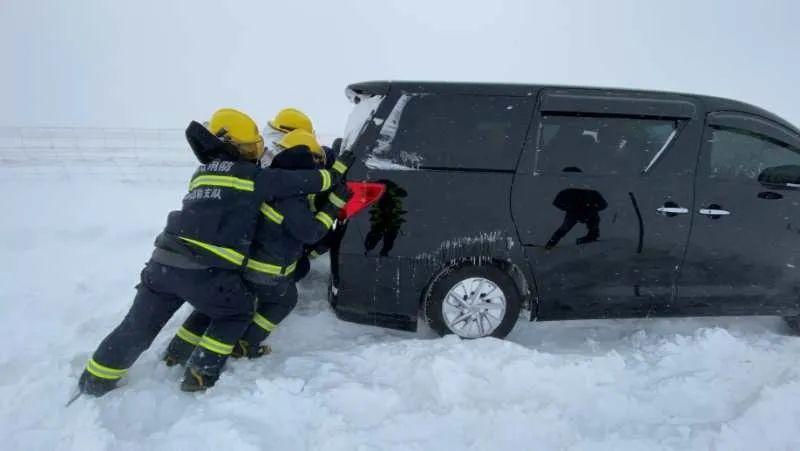 内蒙古:防疫车辆被困雪