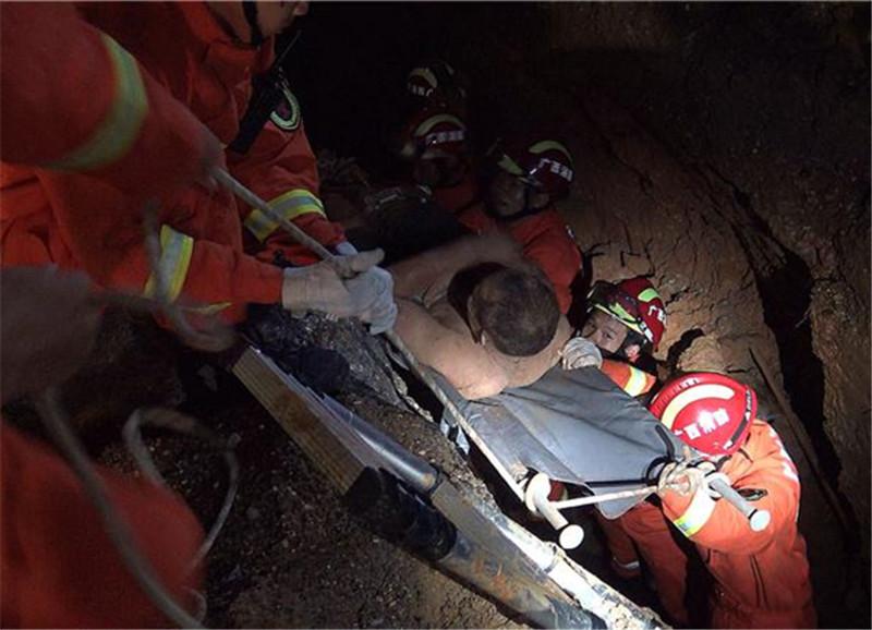 广西南宁:强降雨致工地塌方一人被埋 消防紧急救援