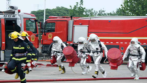 安徽消防救援总队:举行大型化工火灾灭火救援演练