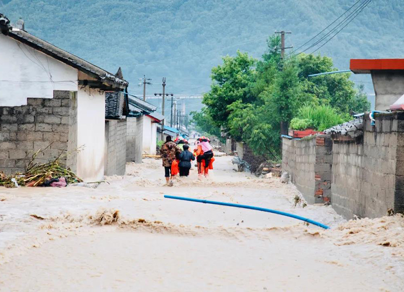 四川凉山暴发山洪 消防员从一危房中营救三名被困人员