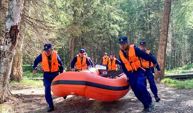 新疆森林消防总队:备战汛期 开展水域救援专项训练