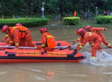 深圳暴雨积水6人被困桥底消防划船救人