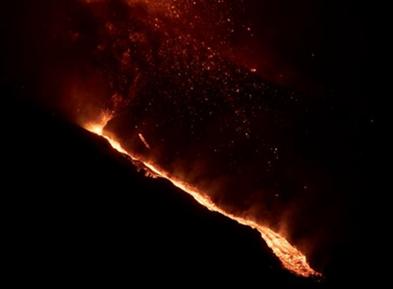西班牙拉帕尔马岛火山持续喷发——火山锥破裂 岩浆加快流向大海