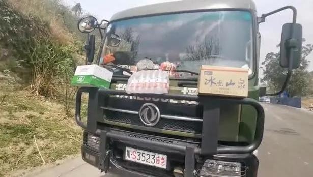 """消防员路边休息,西昌市民自发送水留言""""这回你不知道"""""""