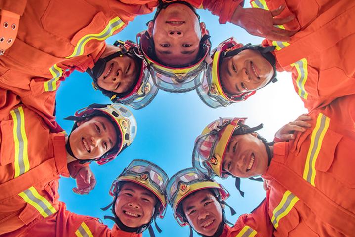 广西来宾:世界微笑日,快来围观消防员们的微笑
