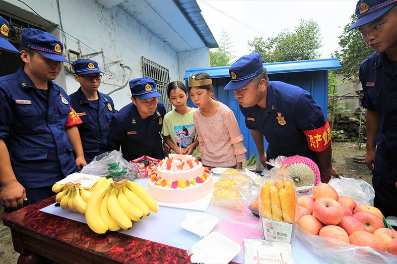 """特别的""""生日派对""""——安徽13岁女孩与援皖抗洪消防员的暖心故事"""