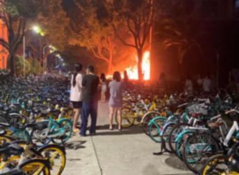 上海大学宝山校区宿舍楼凌晨起火!有女生现场哽咽:特别难过