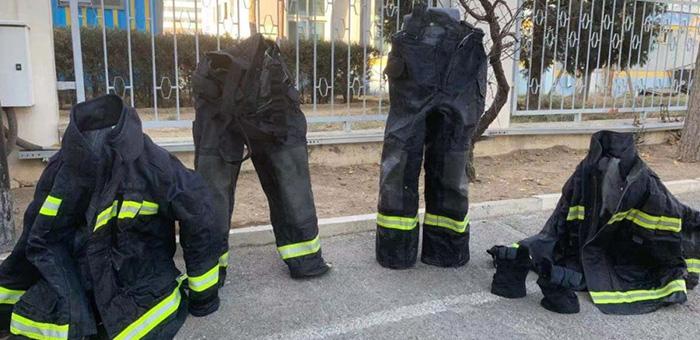 """这些消防员的战斗服自己能""""站""""起来,真相让人心疼……"""