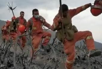 奋战救火8天后凉山下起大雨 消防员开心奔跑下山兴奋欢呼